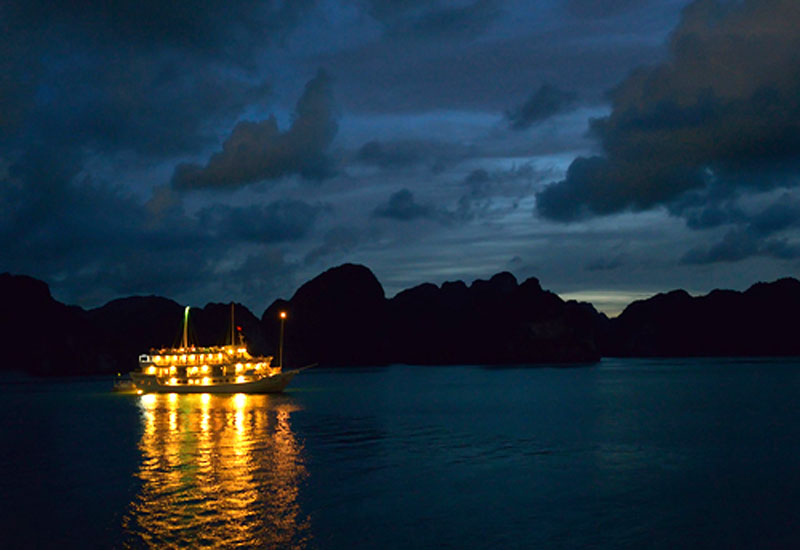 Paradise Cruises: Night